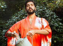 Uomini barbuti e kimono giapponesi