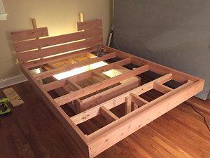 Letto in legno sospeso