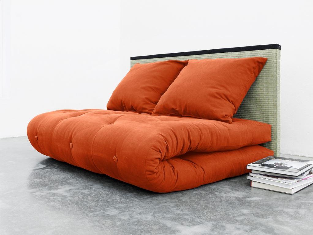 divano letto formato da un futon, due cuscini e un tatami