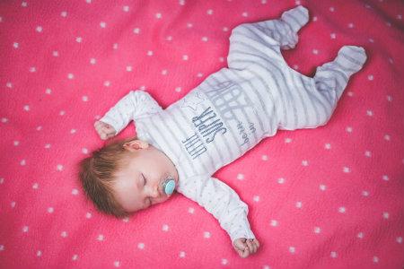 Bambino su materasso in lattice